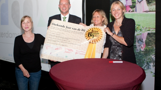Bijenadvies aangeboden aan wethouder Alexandra van Huffelen
